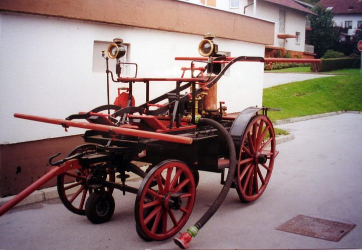 Prevzem in predaja ključa šoferju gasilskega kombija Renault Master.